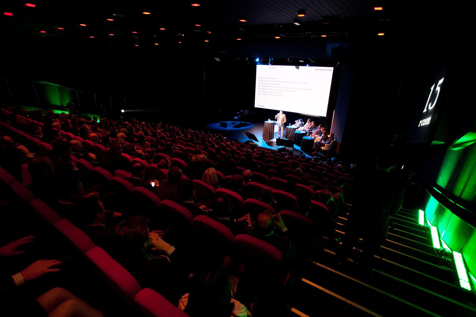 Spotkanie w sali teatralnej organizowane przez Relago